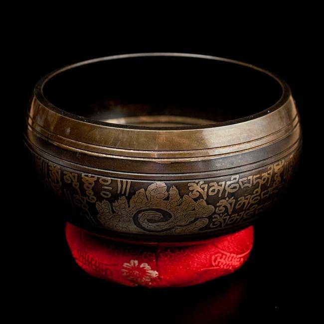 【一点物】手彫り文様入りチベタンシンギングボウル【音階:A#】 1026g(スティック付属)の写真