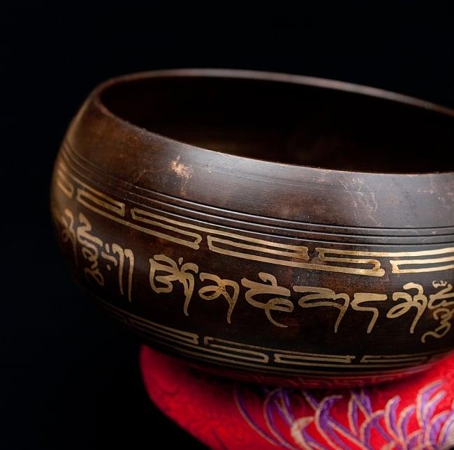 【一点物】チベタンシンギングボウル【音階:A#】 650g(スティック付属) 2 - 縁の部分の拡大写真です。