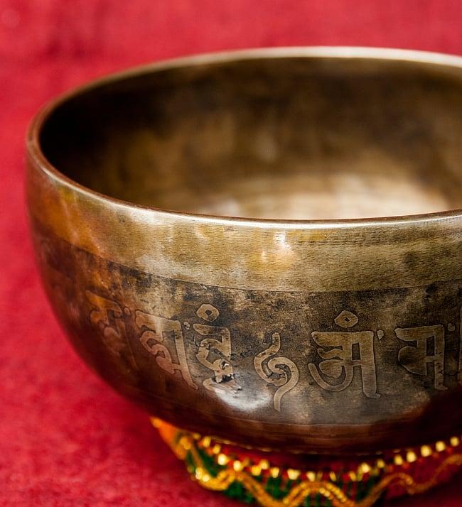 【一点物】チベタンアンティックシンギングボウル【音階:F】1032g(スティック付属)の写真3 - スティックで鳴らすことで豊かな倍音が出ます。