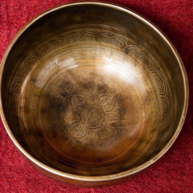 【一点物】チベタンアンティックシンギングボウル【音階:F】1032g(スティック付属)の写真4 - 上からの図です。