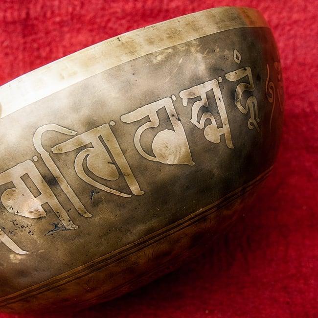 【一点物】チベタンアンティックシンギングボウル【音階:G】4350g(スティック付属)の写真2 - 別の角度からみてみました。