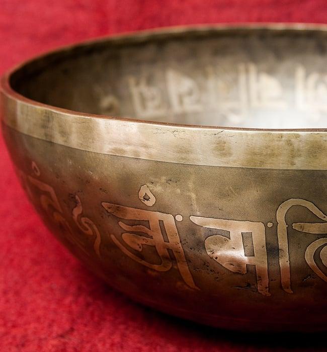 【一点物】チベタンアンティックシンギングボウル【音階:G】4350g(スティック付属)の写真3 - スティックで鳴らすことで豊かな倍音が出ます。