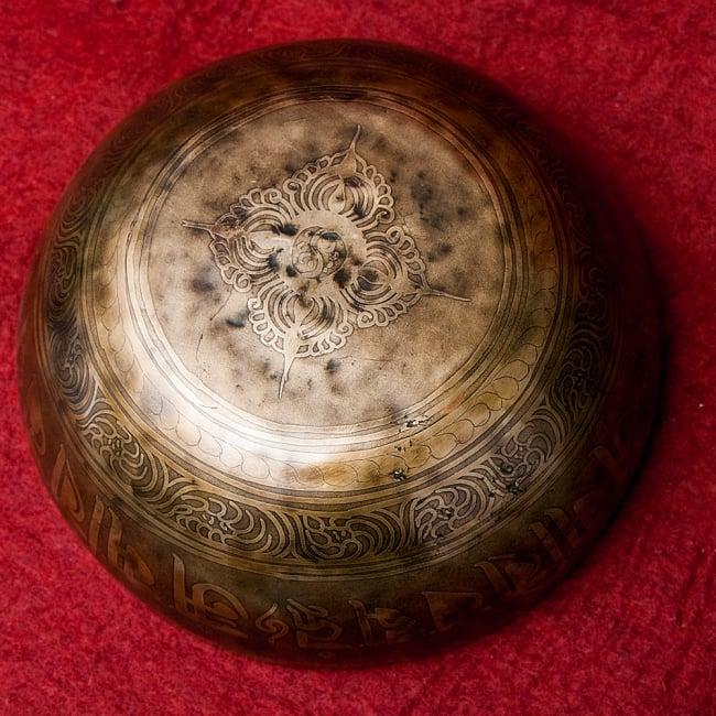 【一点物】チベタンアンティックシンギングボウル【音階:B】2231g(スティック付属) 5 - 底面の様子です。