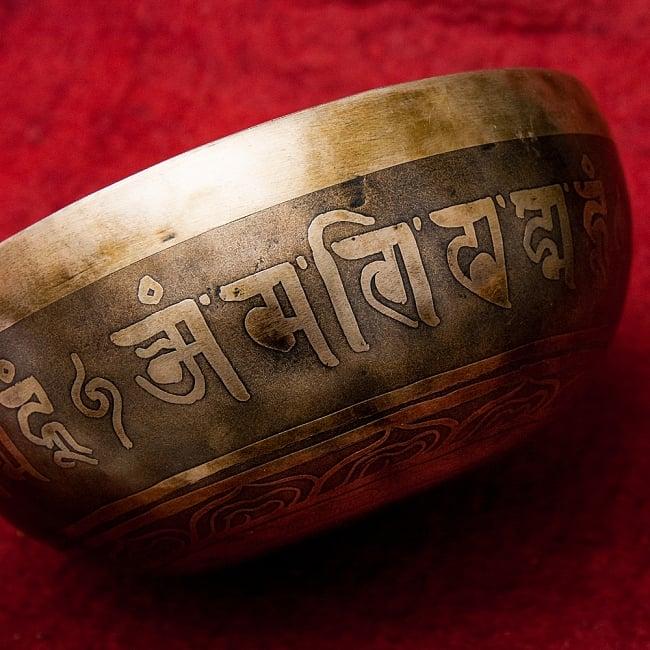 【一点物】チベタンアンティックシンギングボウル【音階:D#】951g(スティック付属) 2 - 別の角度からみてみました。