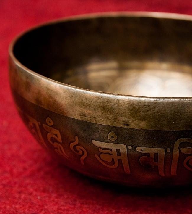 【一点物】チベタンアンティックシンギングボウル【音階:D#】951g(スティック付属) 3 - スティックで鳴らすことで豊かな倍音が出ます。