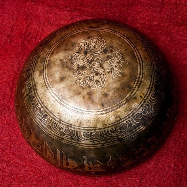 【一点物】チベタンアンティックシンギングボウル【音階:A】2731g(スティック付属) 5 - 底面の様子です。