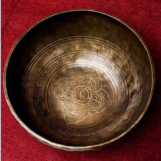 【一点物】チベタンアンティックシンギングボウル【音階:G】2190g(スティック付属)の写真4 - 上からの図です。