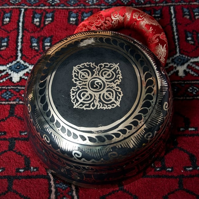 【一点物】高音質ブラックシンギングボウル【音階:D】 1275g(スティック付属) 4 - 裏側の写真です。こちらにも丁寧に装飾が施されております。