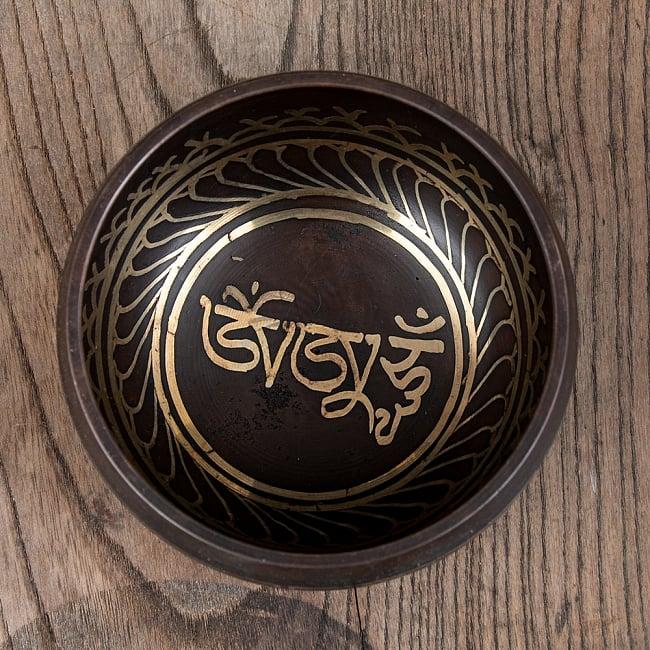 【アソート】チベタンシンギングボウル (スティック付属) 11.5cm前後 10 - C:オンマニペメフムはこのようなデザインになります。