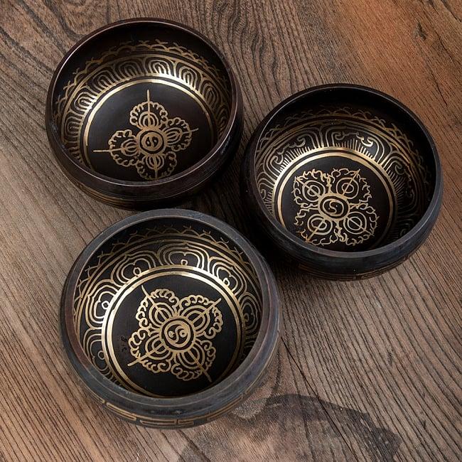 【アソート】チベタンシンギングボウル (スティック付属) 11.5cm前後 6 - 同じデザインであっても、このように少しずつ細部が異なっております。