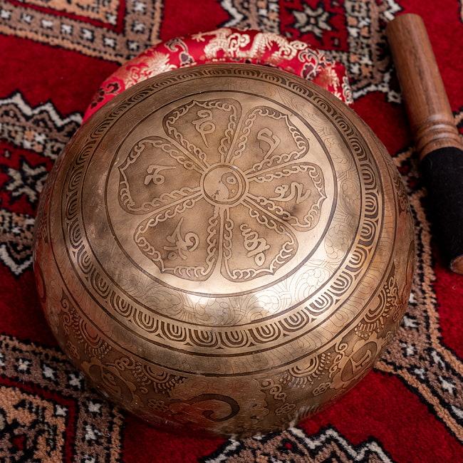 【一点物】チベタンアンティックシンギングボウル【音階:D】約1300g(スティック付属) 4 - 裏側の写真です。