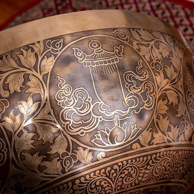 【一点物】仏足石模様と7チャクラ 幸運の八吉祥文様 細密彫りチベタンアンティックシンギングボウル【音階:Ab】約5435g(スティック付属) 15 - 仏教の勝利を表す旗をモチーフにしたドゥバジャ