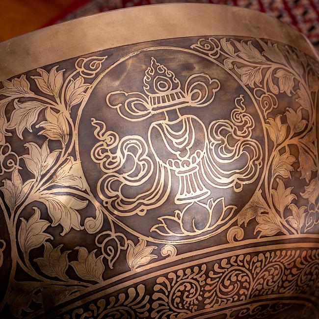 【一点物】仏足石模様と7チャクラ 幸運の八吉祥文様 細密彫りチベタンアンティックシンギングボウル【音階:Ab】約5435g(スティック付属) 16 - ヒンドゥーや仏教の儀式で、最も重要な水を入れる瓶のモチーフ、ブンバ