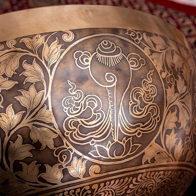 【一点物】仏足石模様と7チャクラ 幸運の八吉祥文様 細密彫りチベタンアンティックシンギングボウル【音階:Ab】約5435g(スティック付属) 17 - 仏教では法音を意味し、純白で清浄であることのシンボル、法螺貝(シャンカ)