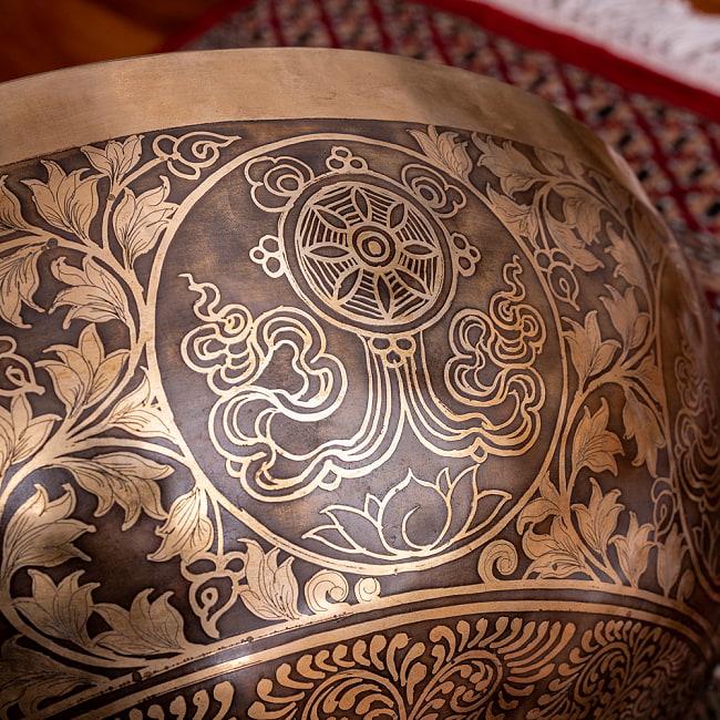 【一点物】仏足石模様と7チャクラ 幸運の八吉祥文様 細密彫りチベタンアンティックシンギングボウル【音階:Ab】約5435g(スティック付属) 18 - 釈迦の教えを車輪に例えた法輪(チャクラ)。