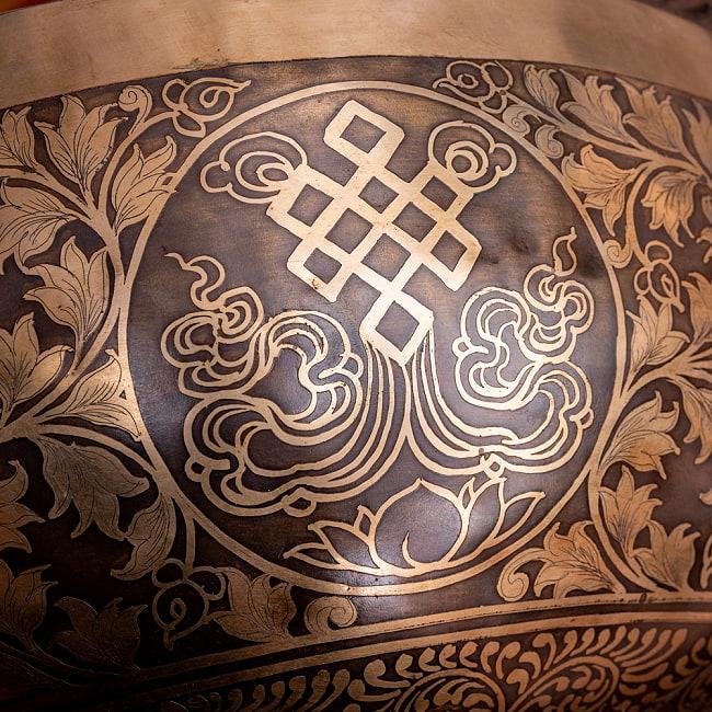 【一点物】仏足石模様と7チャクラ 幸運の八吉祥文様 細密彫りチベタンアンティックシンギングボウル【音階:Ab】約5435g(スティック付属) 19 - 繋ぎ目がなく永遠の絆を表すエンドレスノット(シュリーヴァスタ)