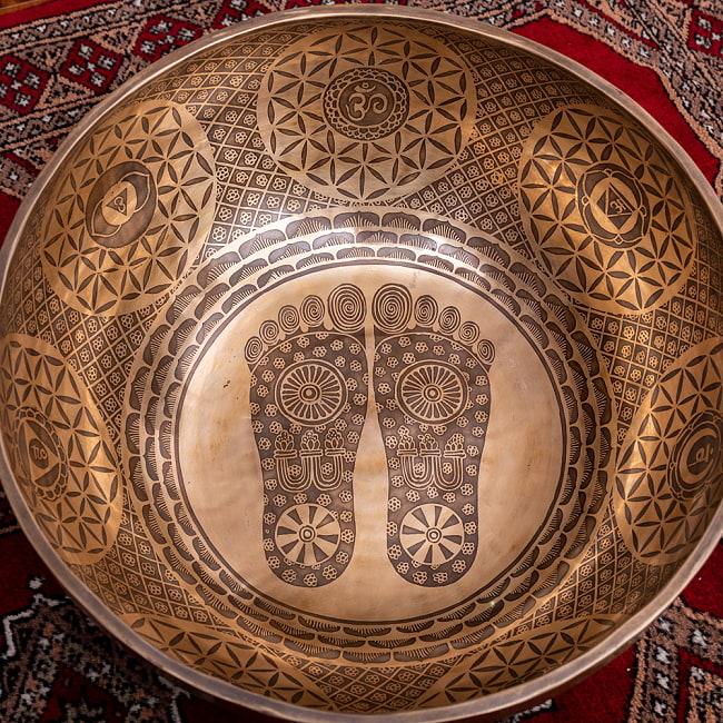 【一点物】仏足石模様と7チャクラ 幸運の八吉祥文様 細密彫りチベタンアンティックシンギングボウル【音階:Ab】約5435g(スティック付属) 4 - とても綺麗に描かれています