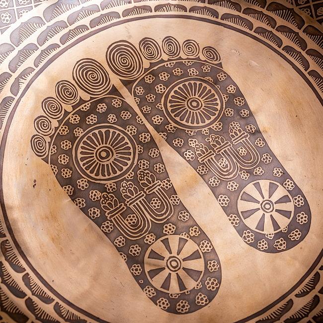 【一点物】仏足石模様と7チャクラ 幸運の八吉祥文様 細密彫りチベタンアンティックシンギングボウル【音階:Ab】約5435g(スティック付属) 5 - 別の角度から