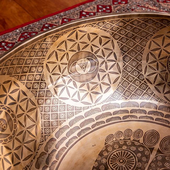 【一点物】仏足石模様と7チャクラ 幸運の八吉祥文様 細密彫りチベタンアンティックシンギングボウル【音階:Ab】約5435g(スティック付属) 7 - 内側側面の拡大写真です