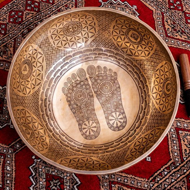 【一点物】仏足石模様と7チャクラ 幸運の八吉祥文様 細密彫りチベタンアンティックシンギングボウル【音階:Ab】約5435g(スティック付属)の写真