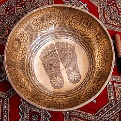 【一点物】仏足石模様と7チャクラ 幸運の八吉祥文様 細密彫りチベタンアンティックシンギングボウル【音階:Ab】約5435g(スティック付属)の商品写真