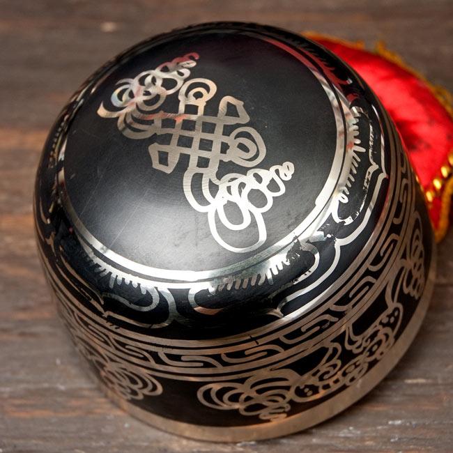 【一点物】高音質ブラックシンギングボウル【音階:E】 632g(スティック付属)の写真4 - 裏側の写真です。こちらにも丁寧に装飾が施されております。