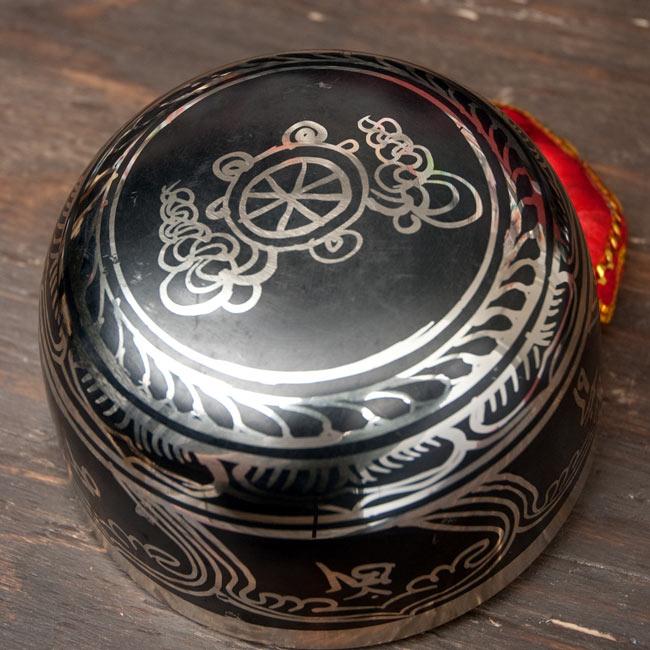【一点物】高音質ブラックシンギングボウル【音階:E】 798g(スティック付属)の写真4 - 裏側の写真です。こちらにも丁寧に装飾が施されております。
