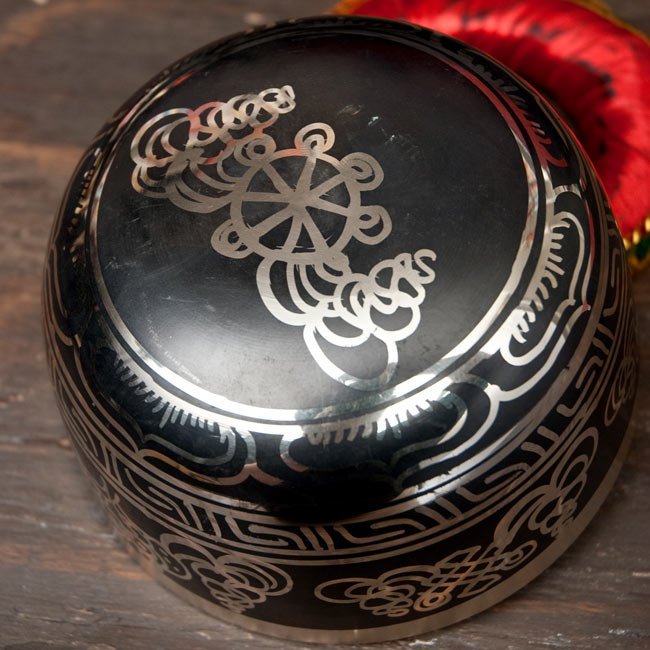 【一点物】高音質ブラックシンギングボウル【音階:E】 824g(スティック付属)の写真4 - 裏側の写真です。こちらにも丁寧に装飾が施されております。