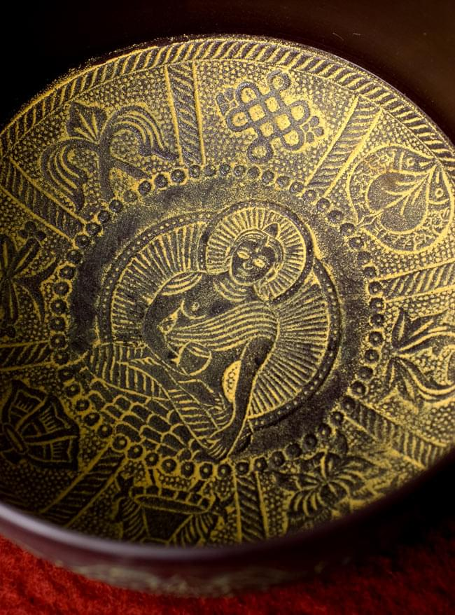 【一点物】ライトウェイトシンギングボウル【音階:A】 約1250g(スティック付属)の写真3 - 内部を見てみました。美しい装飾ですね。