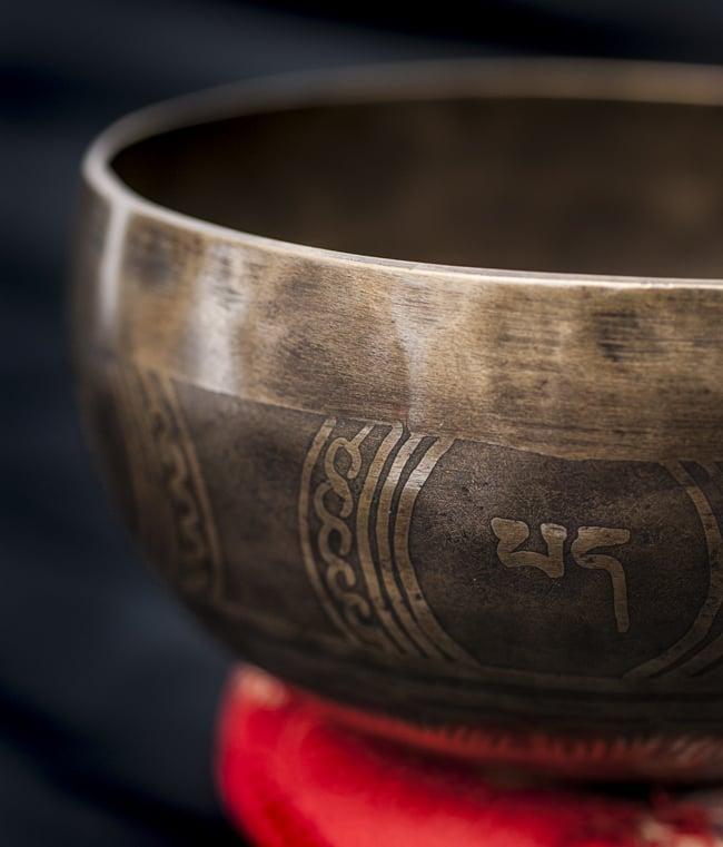 【一点物】チベタンシンギングボウル【音階:D#】668g(スティック付属)の写真2 - 縁の部分の拡大写真です。