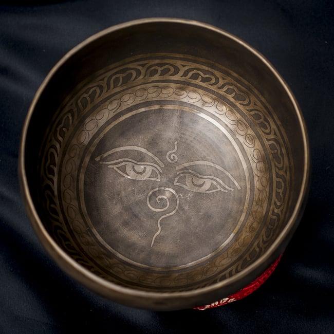【一点物】チベタンシンギングボウル【音階:D#】668g(スティック付属)の写真3 - 上からの撮影となります。