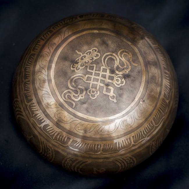 【一点物】チベタンシンギングボウル【音階:D#】668g(スティック付属)の写真4 - 裏側の写真です。