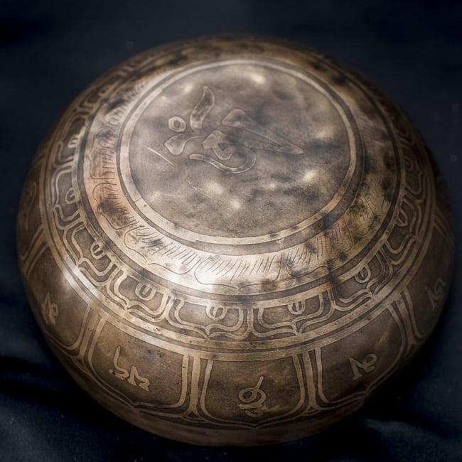 【一点物】チベタンシンギングボウル【音階:C#】670g(スティック付属)の写真4 - 裏側の写真です。