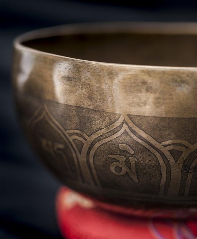 【一点物】チベタンシンギングボウル【音階:D#】601g(スティック付属)の写真2 - 縁の部分の拡大写真です。