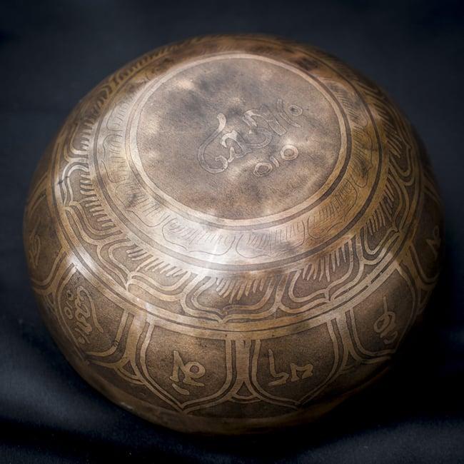 【一点物】チベタンシンギングボウル【音階:D#】601g(スティック付属)の写真4 - 裏側の写真です。
