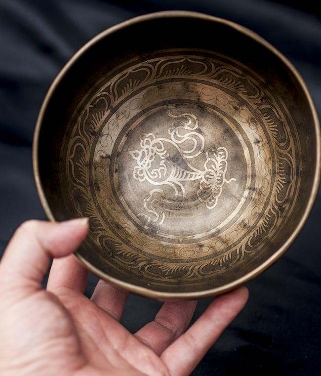 【一点物】チベタンシンギングボウル【音階:D#】601g(スティック付属)の写真5 - サイズを感じていただく為、手に持ってみました。