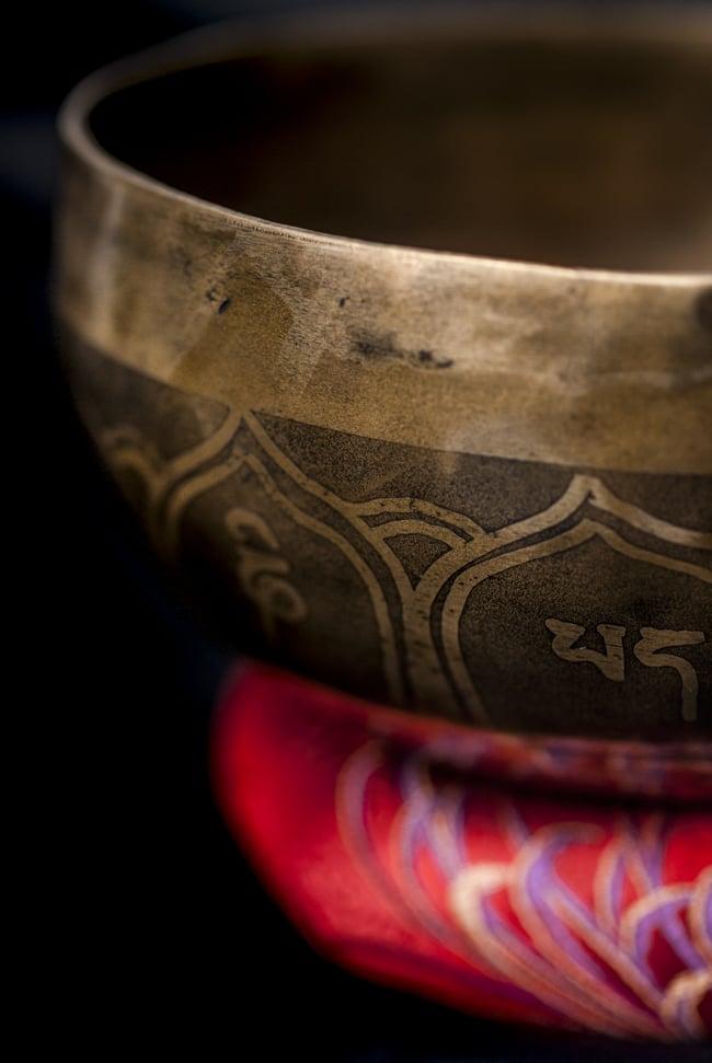 【一点物】チベタンシンギングボウル【音階:D#】548g(スティック付属)の写真2 - 縁の部分の拡大写真です。
