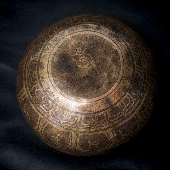 【一点物】チベタンシンギングボウル【音階:D#】548g(スティック付属)の写真4 - 裏側の写真です。