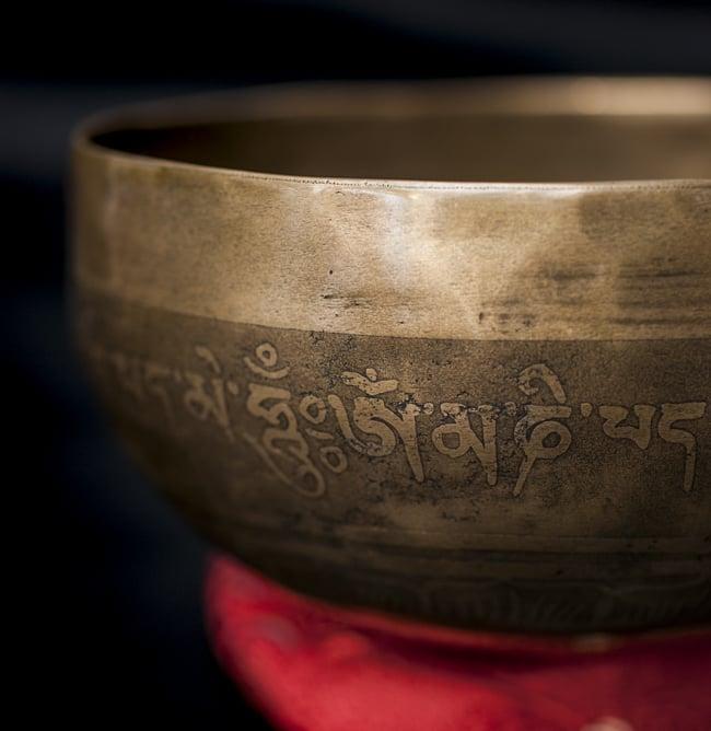 【一点物】チベタンシンギングボウル【音階:D#】611g(スティック付属) 2 - 縁の部分の拡大写真です。