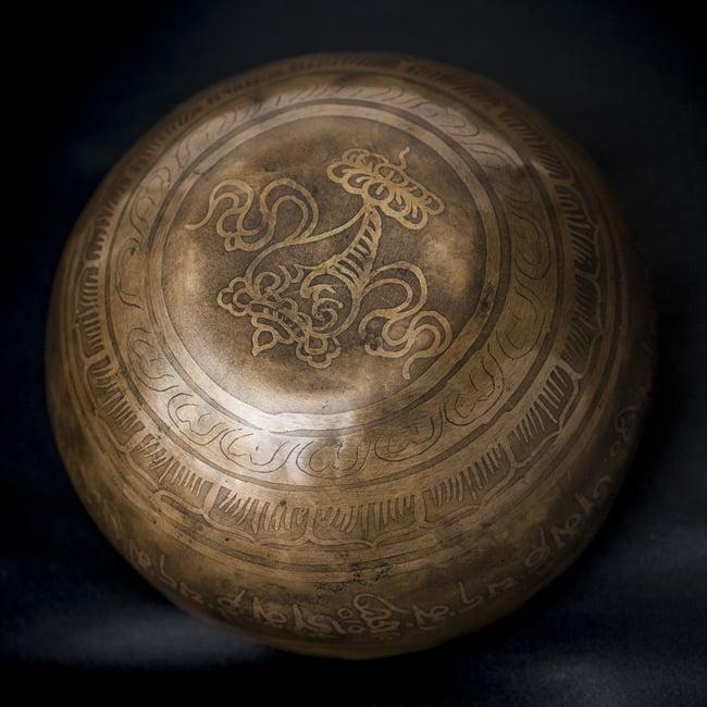 【一点物】チベタンシンギングボウル【音階:D#】611g(スティック付属) 4 - 裏側の写真です。