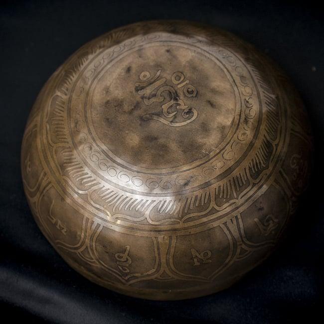 【一点物】チベタンシンギングボウル【音階:C#】663g(スティック付属)の写真4 - 裏側の写真です。
