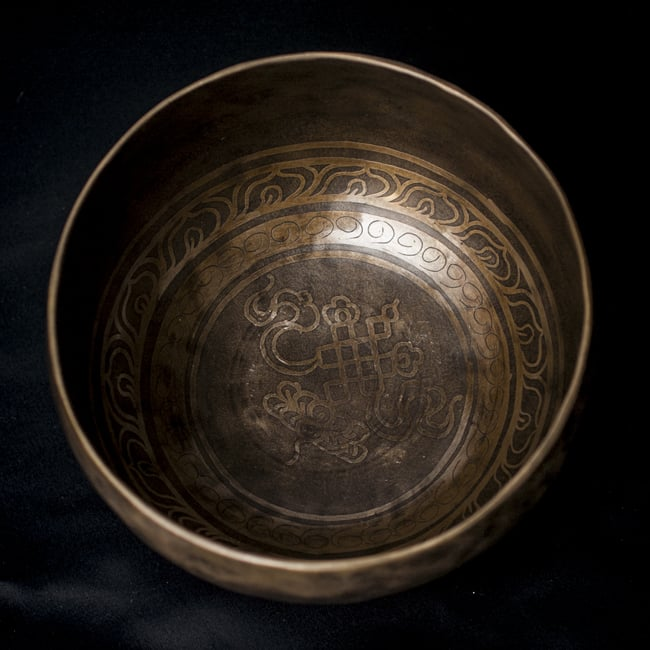 【一点物】チベタンシンギングボウル【音階:D#】666g(スティック付属)の写真3 - 上からの撮影となります。