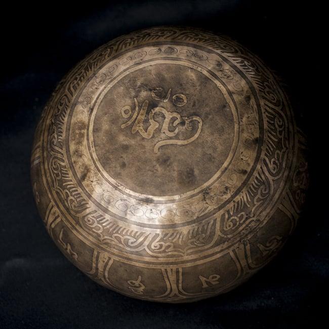 【一点物】チベタンシンギングボウル【音階:D#】666g(スティック付属)の写真4 - 裏側の写真です。