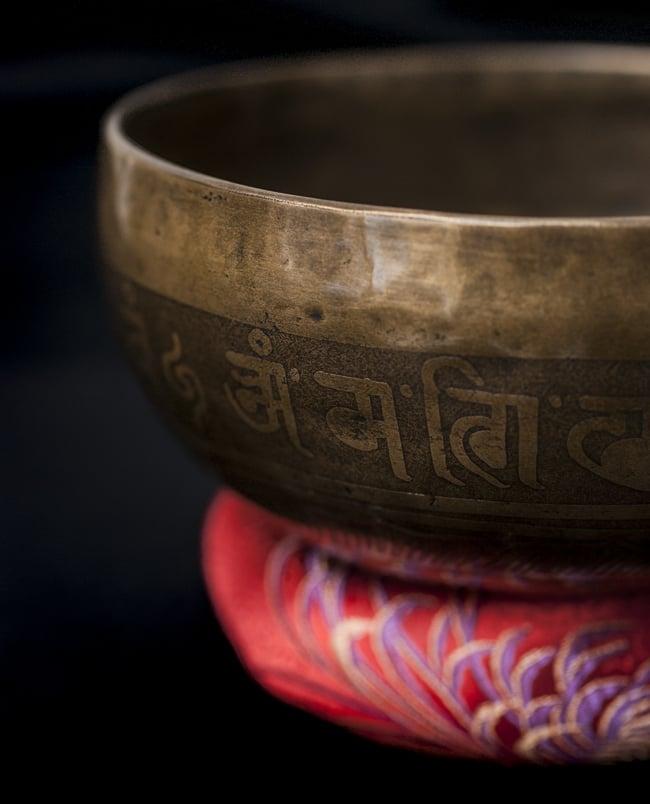 【一点物】チベタンシンギングボウル【音階:G#】676g(スティック付属)の写真2 - 縁の部分の拡大写真です。