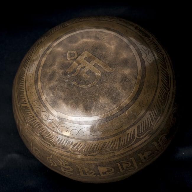 【一点物】チベタンシンギングボウル【音階:G#】676g(スティック付属)の写真4 - 裏側の写真です。