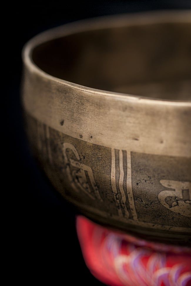 【一点物】チベタンシンギングボウル【音階:D】759g(スティック付属)の写真2 - 縁の部分の拡大写真です。