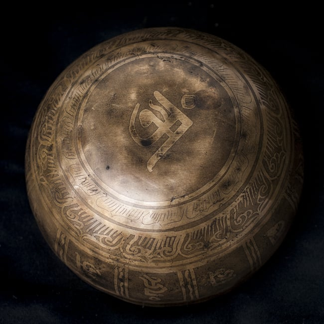 【一点物】チベタンシンギングボウル【音階:D】759g(スティック付属)の写真4 - 裏側の写真です。