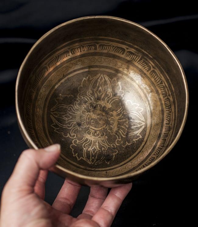 【一点物】チベタンシンギングボウル【音階:D】759g(スティック付属)の写真5 - サイズを感じていただく為、手に持ってみました。