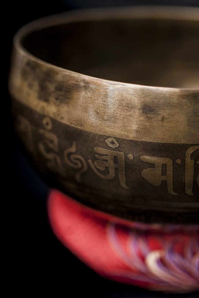 【一点物】チベタンシンギングボウル【音階:F#】641g(スティック付属)の写真2 - 縁の部分の拡大写真です。