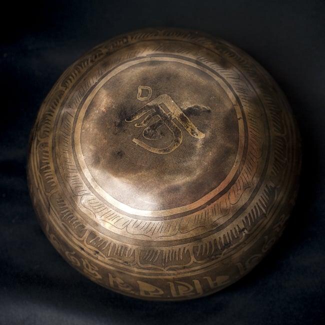 【一点物】チベタンシンギングボウル【音階:F#】641g(スティック付属)の写真4 - 裏側の写真です。